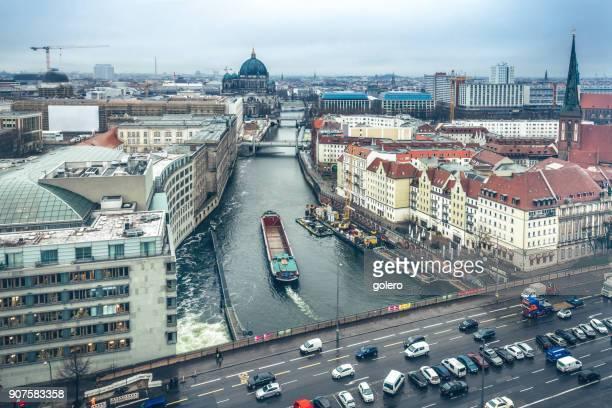 Vogelperspektive Blick über Berlin auf Kathedrale und Fluss
