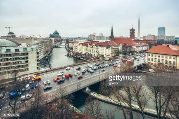 Vogelperspektive Blick über Berlin mit Fernsehturm und Brücke