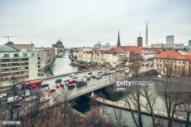 Vogelperspektive Blick über Berlin mit Fernsehturm und Kathedrale im Nebel