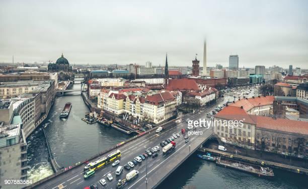 Vogelperspektive Blick über Berlin mit Fernsehturm versteckt im Nebel