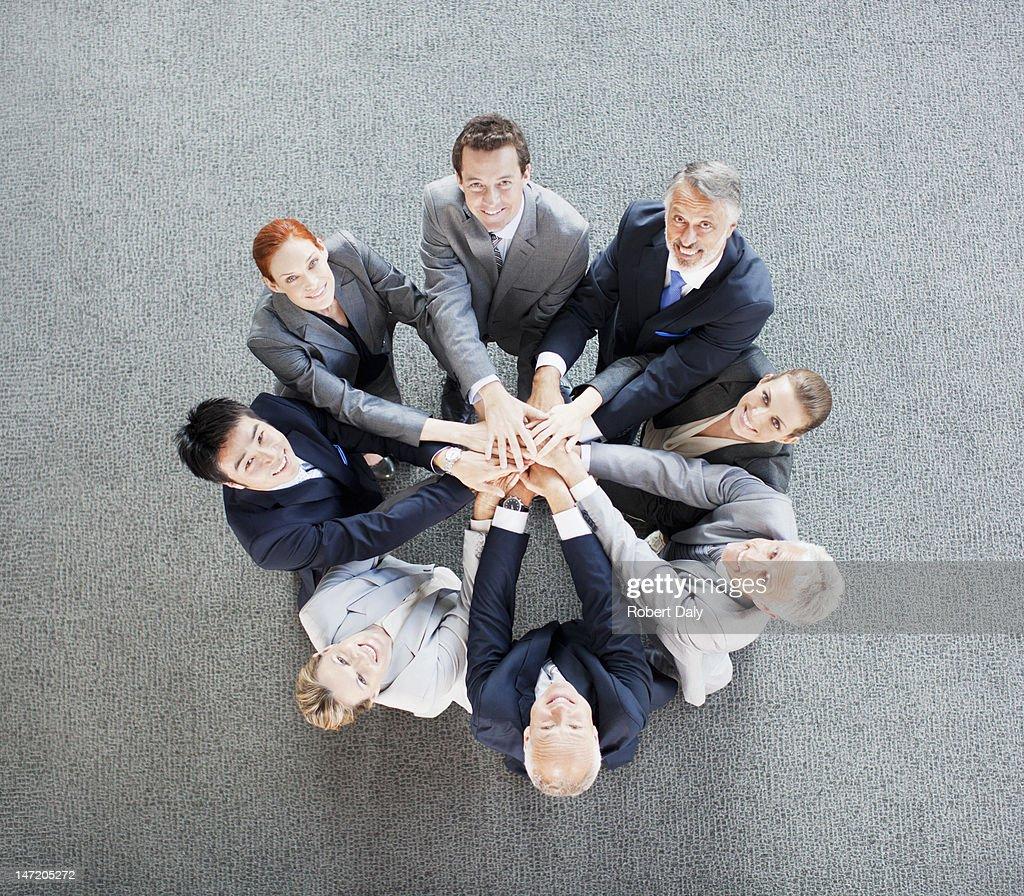 Vue grand angle portrait de gens d'affaires de rejoindre : Photo