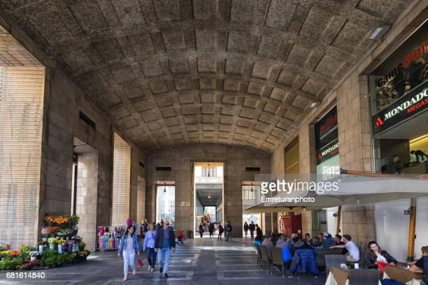 high celing space of a building on via guglielmo marconi,milano - emreturanphoto fotografías e imágenes de stock