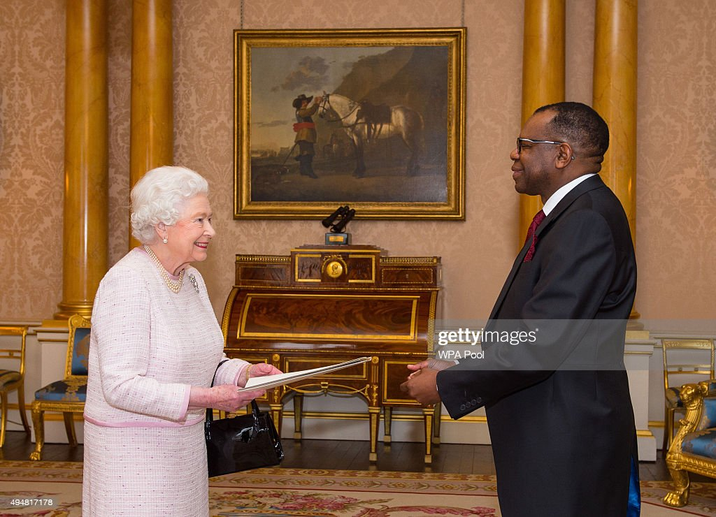 Audience With The Queen At Buckingham Palace : News Photo
