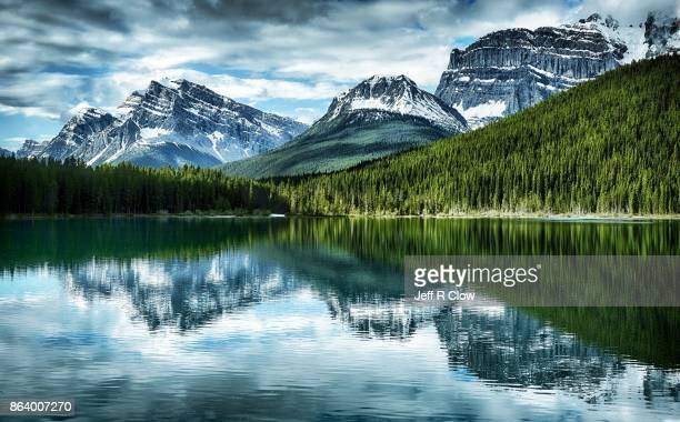high lake reflection - canada imagens e fotografias de stock