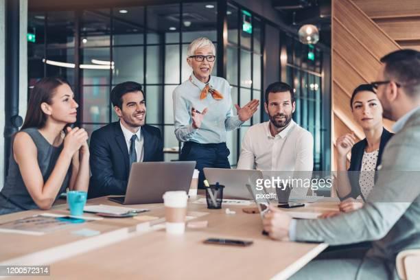 会議の上位レベルのビジネス チーム - エグゼクティブディレクター ストックフォトと画像