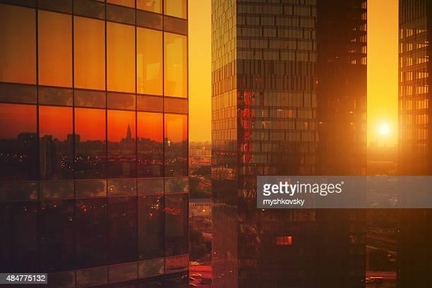 Un gratte-ciel moderne, au coucher du soleil
