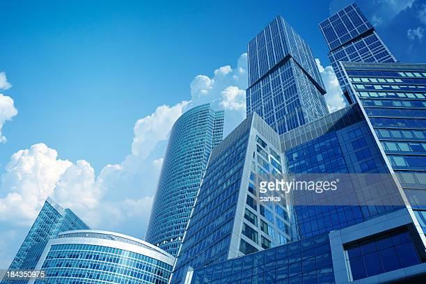 Hoch moderne Wolkenkratzer über Blauer Himmel