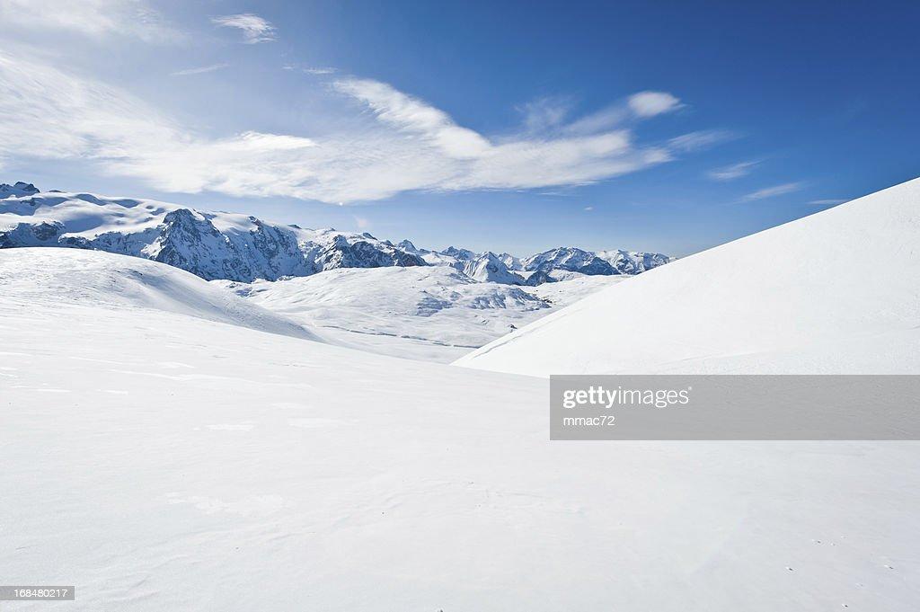 Un paysage de montagne avec soleil : Photo