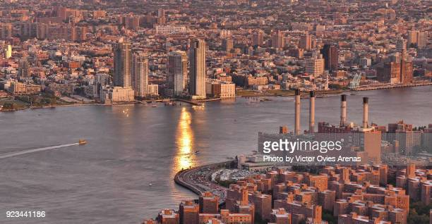 high point view of the east river at sunset, new york city, usa - victor ovies fotografías e imágenes de stock
