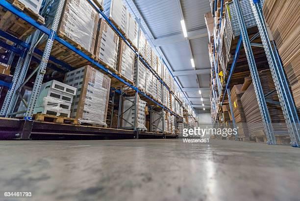 high rack warehouse with packed products ready for shipment - aufnahme von unten stock-fotos und bilder