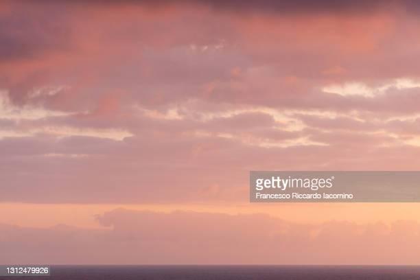 high resolution sunrise / sunset sky over sea horizon, perfect for sky replacement - francesco riccardo iacomino spain foto e immagini stock