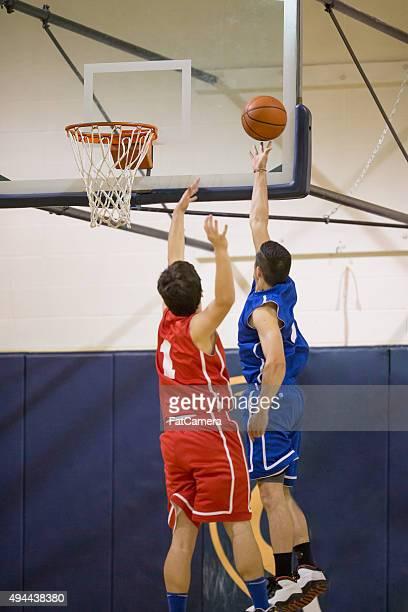 High-school-basketball-Spieler macht Korbleger