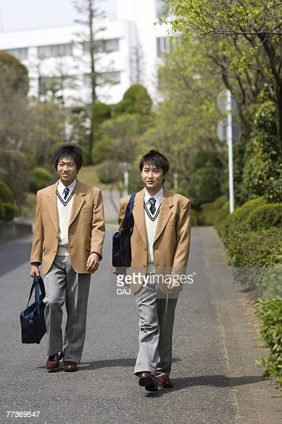 high school boys walking on street to home - 16 17 ans photos et images de collection