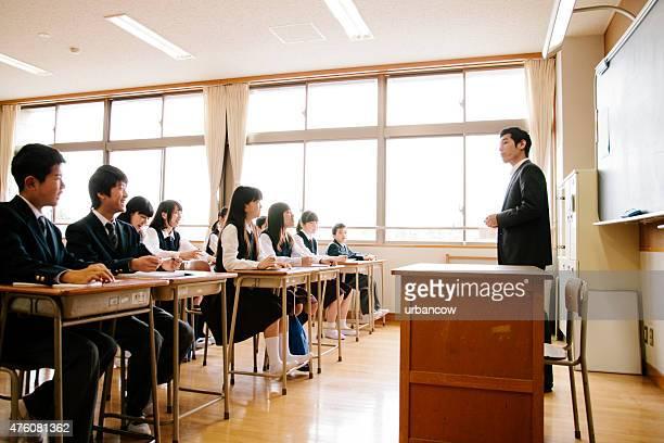 大学校で子供、学校の先生が教えるクラス、日本