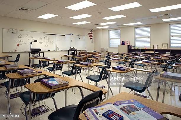 high school classroom - overheadprojector stockfoto's en -beelden