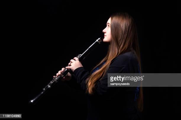 jugador a clarinete femenino de la escuela secundaria - clarinete fotografías e imágenes de stock
