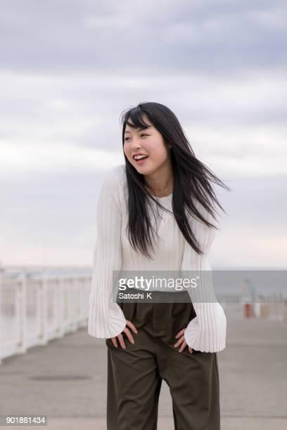 港に立っている女子高生 - 黒髪 ストックフォトと画像