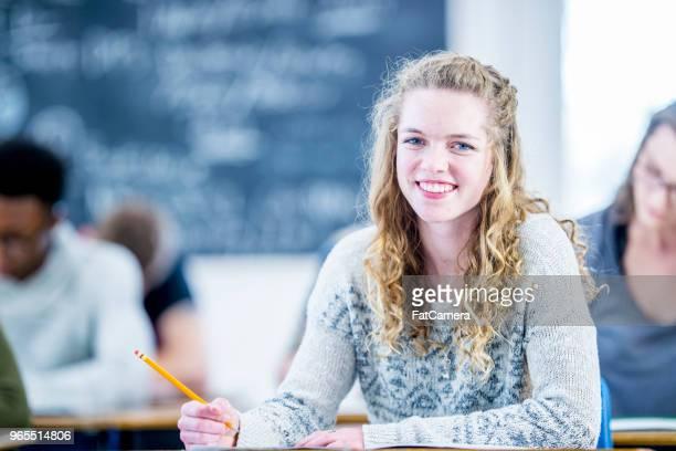 High-School-Mädchen einen Schreibtest