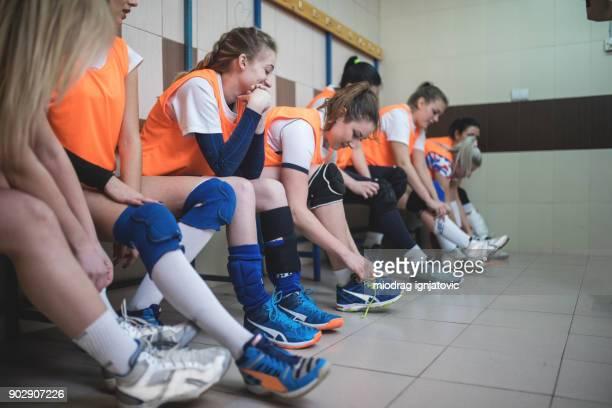 middelbare schoolmeisjes in de kleedkamer - kleedkamer vrijetijdsfaciliteiten stockfoto's en -beelden
