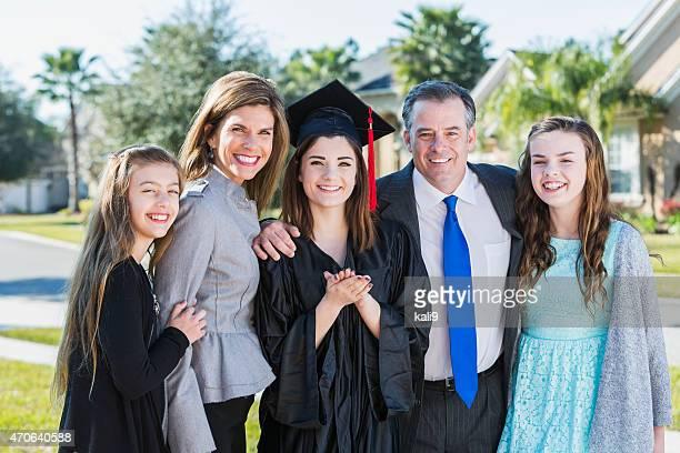 High-school-Abschluss posieren mit Ihrer Familien