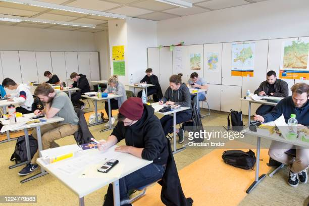 High school graduates of the 13th grade of the Abendygymnasium write their A-levels in mathematics, after they could only prepare themselves for two...