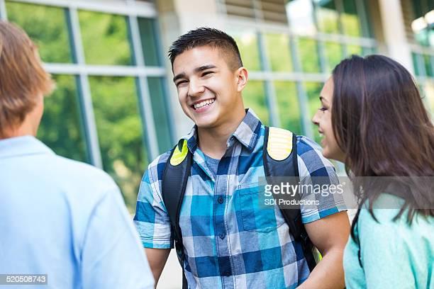 Scolaires ou universitaires The freshman rire avec des amis à l'extérieur de l'hôtel