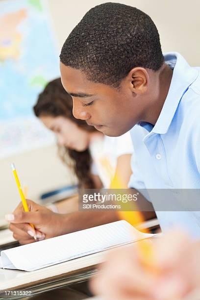 High school student concentrarse en el trabajo durante la clase