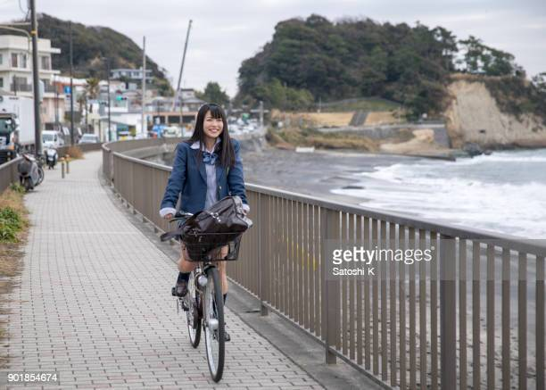 自転車で学校に行く高校生女の子