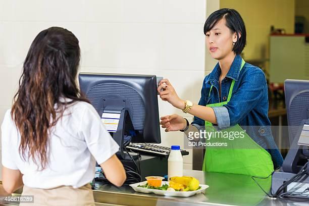 High school student mit Kreditkarte zu bezahlen-cafeteria