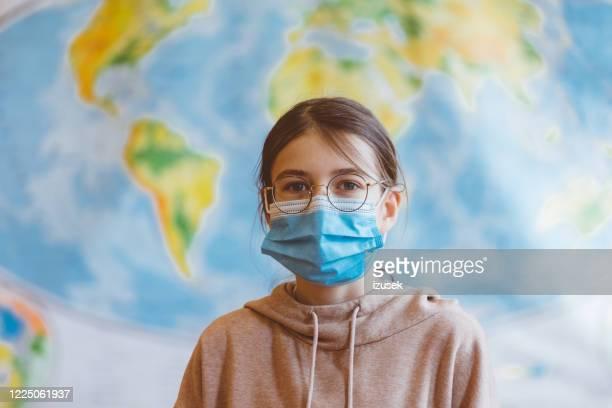 middelbare scholieren op school, die n95 gezichtsmaskers dragen. - izusek stockfoto's en -beelden