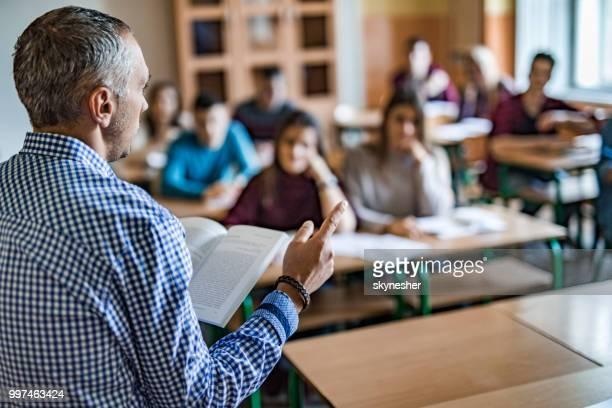 High School Lehrer Vortrag im Klassenzimmer.