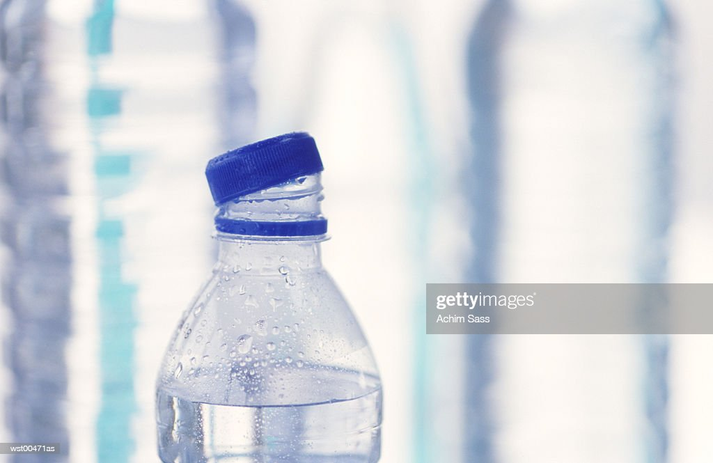 High section of open bottle of water, close up : Stockfoto