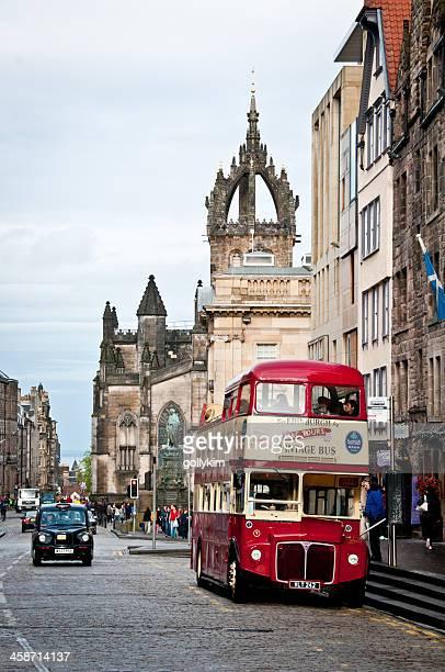 high street und st. giles-kathedrale in edinburgh, schottland - edinburgh scotland stock-fotos und bilder