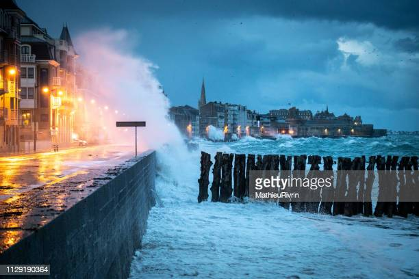 high tides in saint-malo - atlantik stock-fotos und bilder