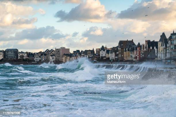 high tides in saint-malo - marée stock pictures, royalty-free photos & images