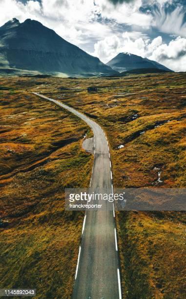 vista alta de las sinuosas carreteras de las islas feroe - islas faroe fotografías e imágenes de stock