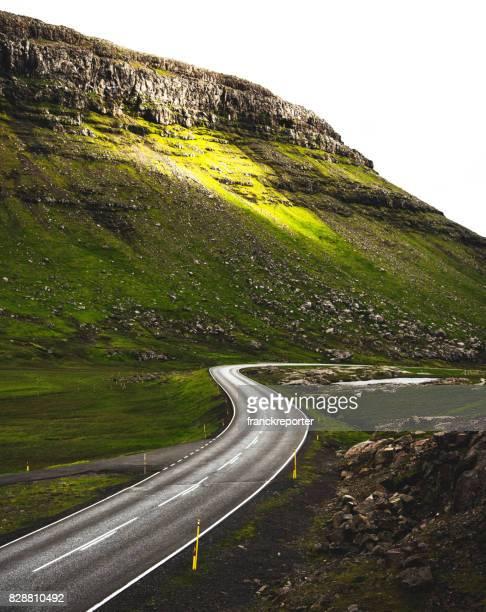 hög syn på de slingrande vägarna på Färöarna