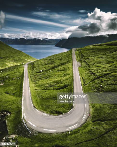 alta vista das estradas sinuosas nas ilhas faroé - ilhas faeroe - fotografias e filmes do acervo