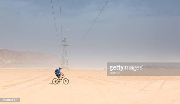 Alta tensión de línea de alimentación en el desierto de jordania