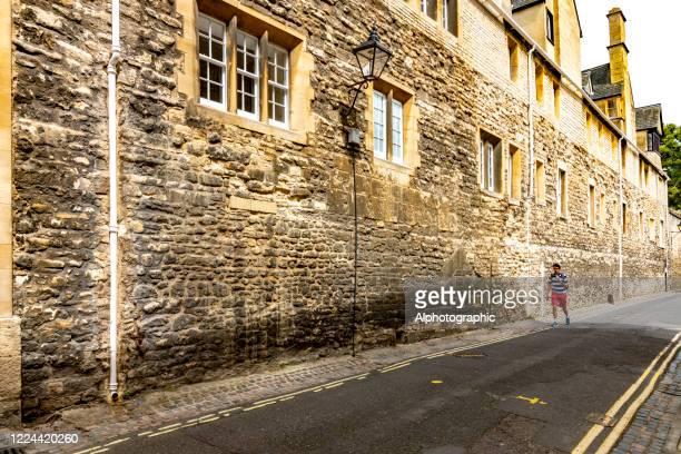 hohe wand an der außenseite eines universitätsgebäudes - oxford oxfordshire stock-fotos und bilder