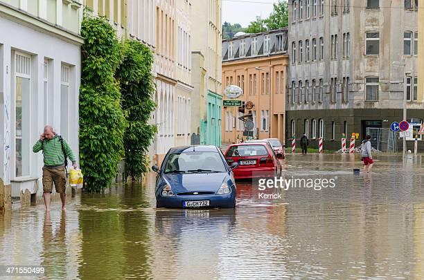 hohe wasser überschwemmung des jahrhunderts juni 2013 gera - überschwemmung stock-fotos und bilder