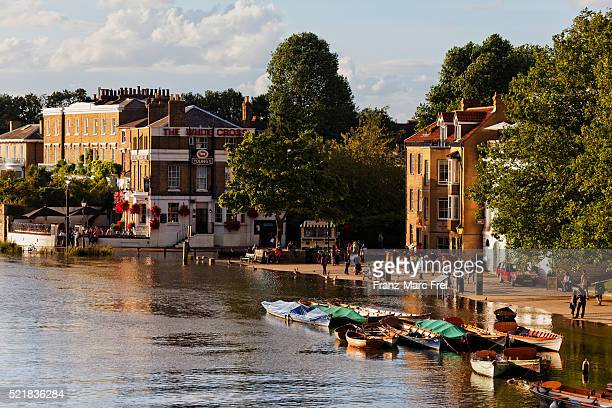 high water on river thames in richmond upon thames, surrey, england - richmond upon thames stock pictures, royalty-free photos & images