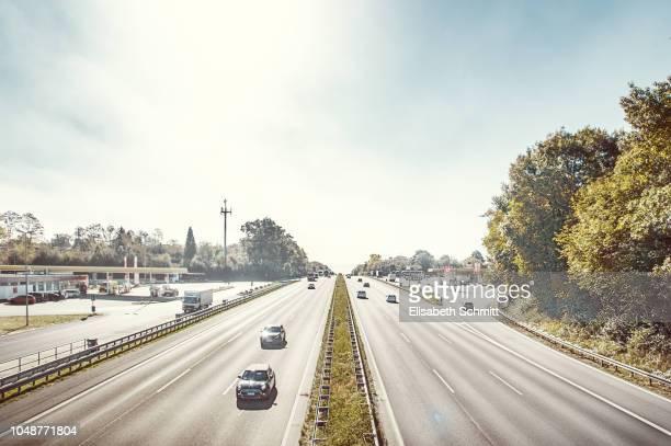 """highangle view on motorway / german """"autobahn"""" on a sunny day - fernverkehr stock-fotos und bilder"""