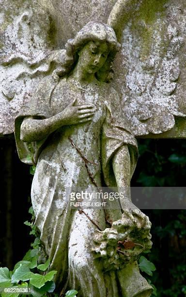 highgate cemetery angle figurehead, london - highgate stock-fotos und bilder