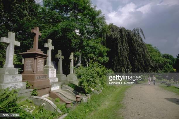 highgate cemetery - highgate stock-fotos und bilder