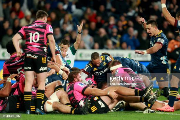 Highlanders players celebrate a try during the round 1 Super Rugby Aotearoa match between the Highlanders and Chiefs at Forsyth Barr Stadium on June...
