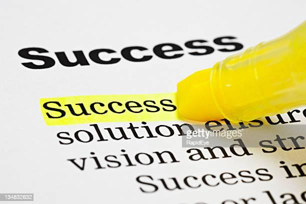 Textmarker unterstreicht den Wort'Erfolg'in einem Dokument