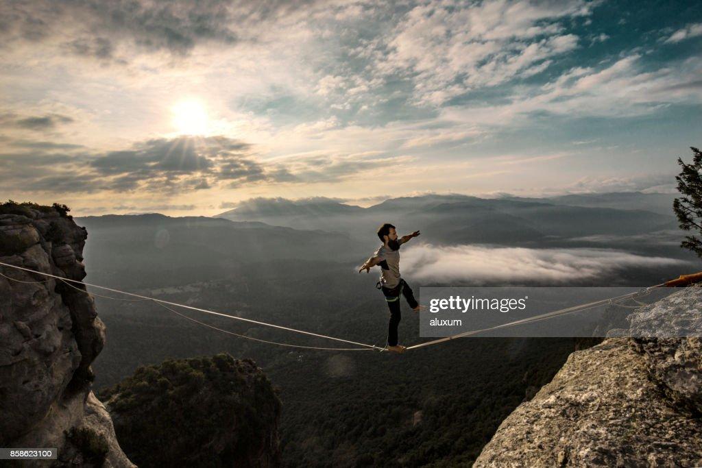 Highlinen in den Bergen bei Sonnenaufgang : Stock-Foto