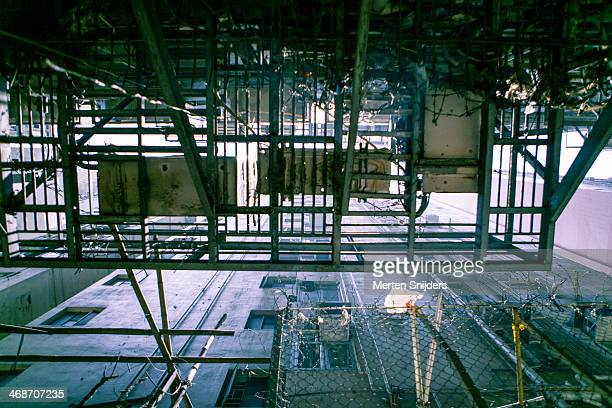 highrise fire escape platform in alley - merten snijders stockfoto's en -beelden