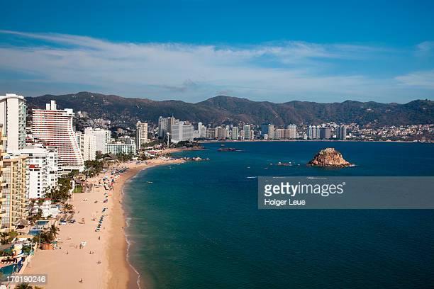 high-rise hotels on el morro beach - acapulco foto e immagini stock